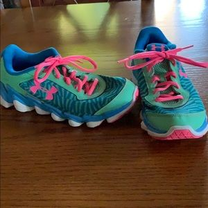 Size 6 Youth Under Armour tennis shoes
